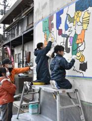 釜石大観音仲見世通りのにぎわい創出を目指し、建物の外壁に描く住民ら