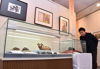 うし年にちなみ、牛をテーマにした工芸品や絵画が展示されている企画展「牛の美」