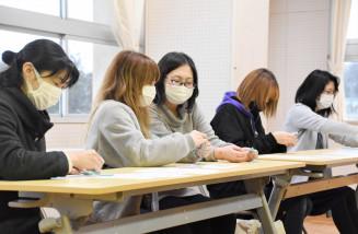 体験会でシトラスリボン作りを手伝う田村沙和子会長(中央)