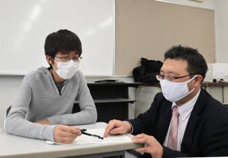 講師に質問する超克特訓の参加生徒