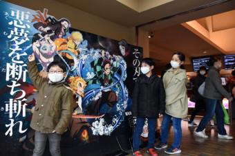 家族連れらでにぎわう盛岡市内の映画館。客層は子どもから高齢者まで幅広く、鬼滅人気は止まらない
