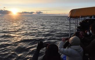 現行船からは最後となる初日の出を撮影する乗客たち