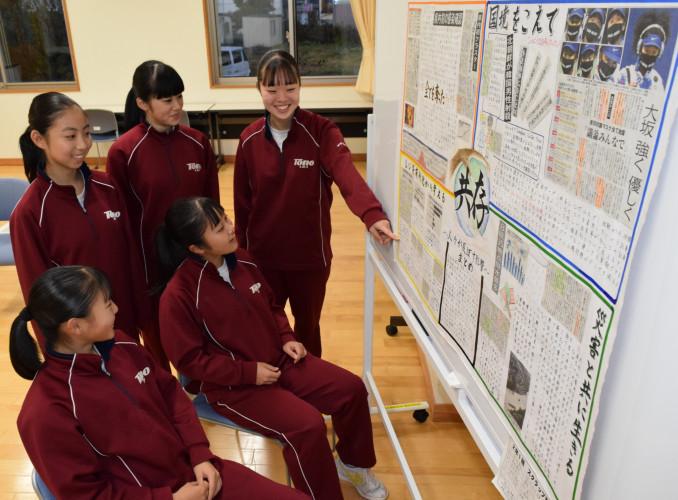 新型コロナウイルスや災害などとの共存をテーマにしたスクラップ新聞の制作を振り返る遠野中2年1組の生徒