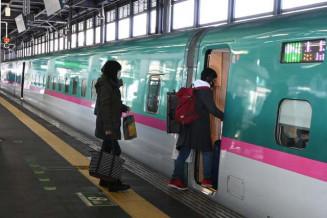 閑散としたホームで新幹線に乗り込む客=3日、盛岡市・JR盛岡駅