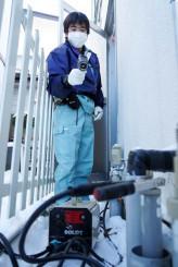 温度計で水道管の温度を測りながら解凍作業に当たる事業者。今季は例年より各地で凍結に関する問い合わせが多い=6日、盛岡市神子田町