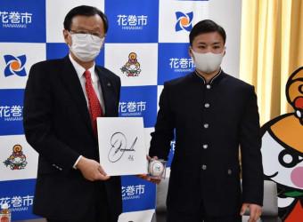 上田東一市長にサイン入りの色紙とボールを手渡す川原田純平内野手(右)