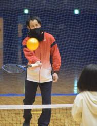 体験会で指導する村上弘平さん。アカデミー設立に向けて活動をスタートした