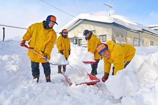 どっさり積もった雪にスコップを振るう生徒たち=8日、一戸町中山