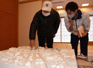 震災前の街並みを思い浮かべながら模型を鑑賞する来場者