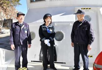 遊覧船と歩んできた思い出を笑顔で語り合う(左から)坂本繁行さん、金沢明美さん、鳥居栄さん