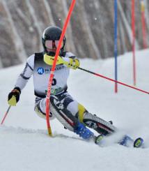 中学校男子回転 2本とも安定した滑りで2連覇を果たした葛巻福春(北上・上野)=八幡平市・安比高原スキー場