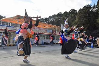 みやこ浄土ケ浜遊覧船の前で迫力ある舞を見せた中野七頭舞保存会のメンバー