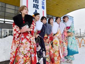 盛岡タカヤアリーナ前で記念撮影する新成人たち