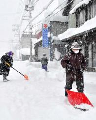 西和賀町川尻で雪かきをする人たち