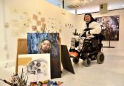 アートの力、初の常設展 盛岡・松嶺さん、絵筆を口にくわえ制作
