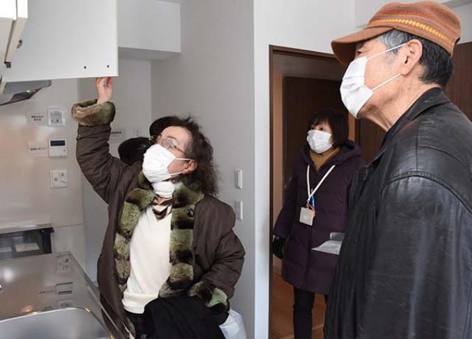 新居の間取りや寸法を確認する入居予定者=11日、盛岡市南青山町