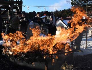 御神火を囲み、無病息災を願う地元住民