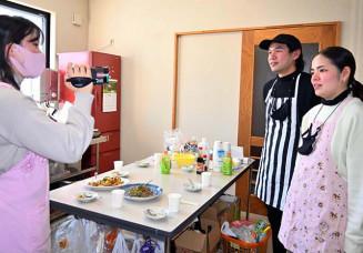 タイ料理を紹介する(右から)スパスモン・ソパチットワタナさん、パス・シャルシリさん
