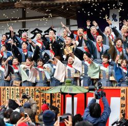 大節分会で威勢よく豆をまく年男年女ら=2020年2月、平泉町平泉・中尊寺