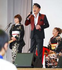 伸びやかな歌声を披露する福田こうへいさん(中央)