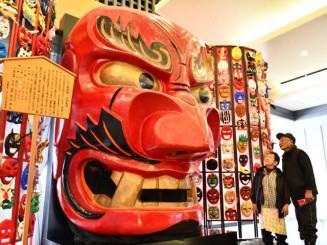 「鬼滅の刃」人気を受け、入館者が増加した鬼の館。入り口では高さ3メートルの鬼剣舞の大型鬼面が出迎える