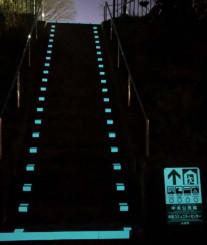 蓄光塗装を施した誘導標識と避難階段。日光を吸収して光り、日没後も階段の位置が分かる(高輝度蓄光塗料推進協会提供)