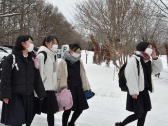 大学入学共通テストを終え、ほっとした表情で帰路に就く受験生=17日、滝沢市巣子・県立大