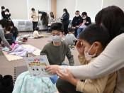 ぬいぐるみ「お泊まり会」 久慈・図書館で読み聞かせ、寝かしつけ