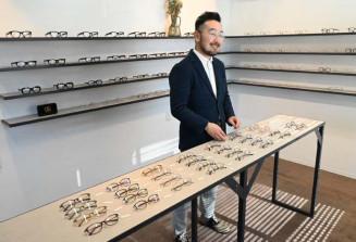 「一人一人にぴったりの眼鏡を作りたい」と意気込む伊藤洋一さん