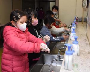 丁寧に手を洗う仁王小の児童。新型コロナウイルス予防がインフルエンザなど他の感染症の対策にも効果を発揮しているとみられる=18日、盛岡市本町通