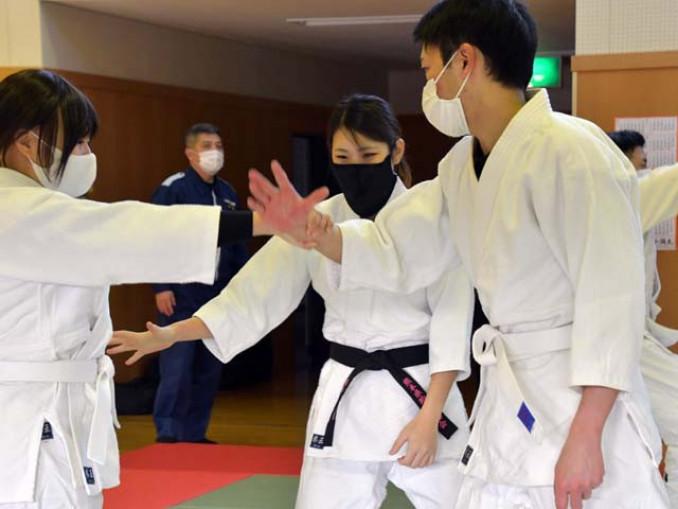 東北初の女性制圧指導官として、指導に当たる坂本百合奈さん(中央)