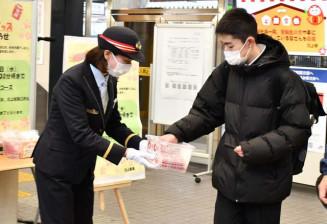 北上市大通りのJR北上駅(山口一駅長)は20日朝、駅構内で入試会場に向かう受験生らに「合格祈願きっぷ」を配り、激励した
