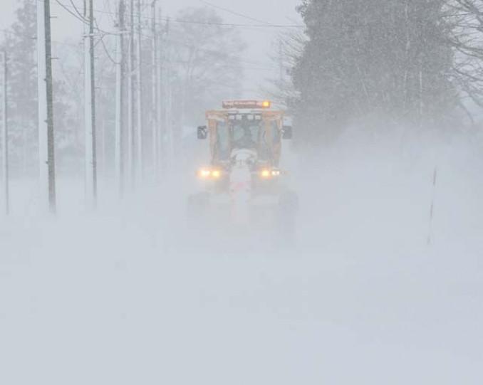 吹雪で視界が利かなくなった道路。事故防止には減速や車間距離確保が重要だ=19日、雫石町御明神