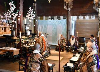 常行堂で法要を営む毛越寺の僧侶