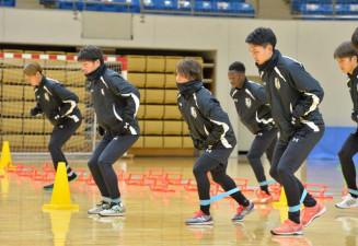 初練習で基礎トレーニングに励むいわてグルージャ盛岡の選手たち=盛岡市・盛岡タカヤアリーナ