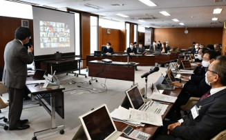 オンライン開催された全員協議会。議員と市当局が画面越しにやりとりした