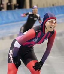 全国高校スケート女子500メートルで優勝を確信し笑顔を見せる吉田雪乃選手(盛岡工)。岩手から世界を目指す思いを強めた=21日、長野市・エムウエーブ