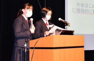 図鑑の内容や取材の成果を発表する生徒