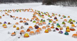 菜魚湖の湖面を覆う色とりどりのテント