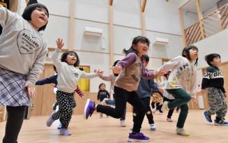 元気いっぱいにダンスを踊る日向保育所の園児=22日、野田村野田