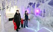輝く氷柱に寒さ忘れて 盛岡・薮川で「氷の世界」初開催