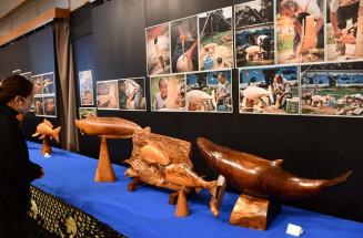 生き生きとした木彫りの魚たちが並ぶ展示会場