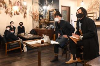 落ち着いた雰囲気のカフェでUターン経験を語る(右から)嵯峨恒宏さん、高木康弘さん。高校生も積極的に質問した