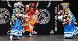 日本神話に基づいた「岩戸入」を優美に舞う達古袋神楽=24日、一関市大手町・一関文化センター