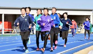 強化合宿で走り込む女子選手たち