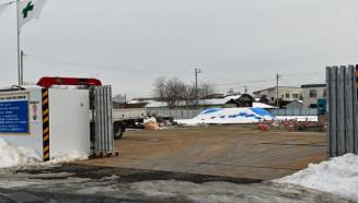 医療廃棄物が見つかった「かるまい交流駅(仮称)」の建設予定地。廃棄物が混入した土砂はブルーシートで覆われている=軽米町軽米