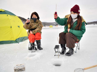 氷上ワカサギ釣りを楽しむ親子=28日、盛岡市薮川・岩洞湖