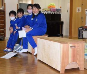 沼宮内児童クラブに設置された県産木材による収納付きベンチ