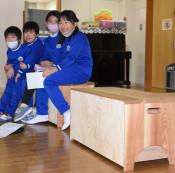 岩手っ子に木製品 県が企画、ベンチやテーブル369施設に寄贈