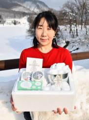 「おうちで雪あかりセット」をPRする加藤紗栄さん。雪の少ない地域でも気軽に楽しめる
